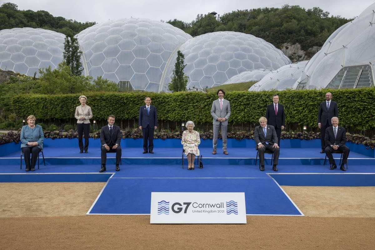 """La gaffe della regina Elisabetta: """"Deve sembrare che ci stiamo divertendo?"""""""