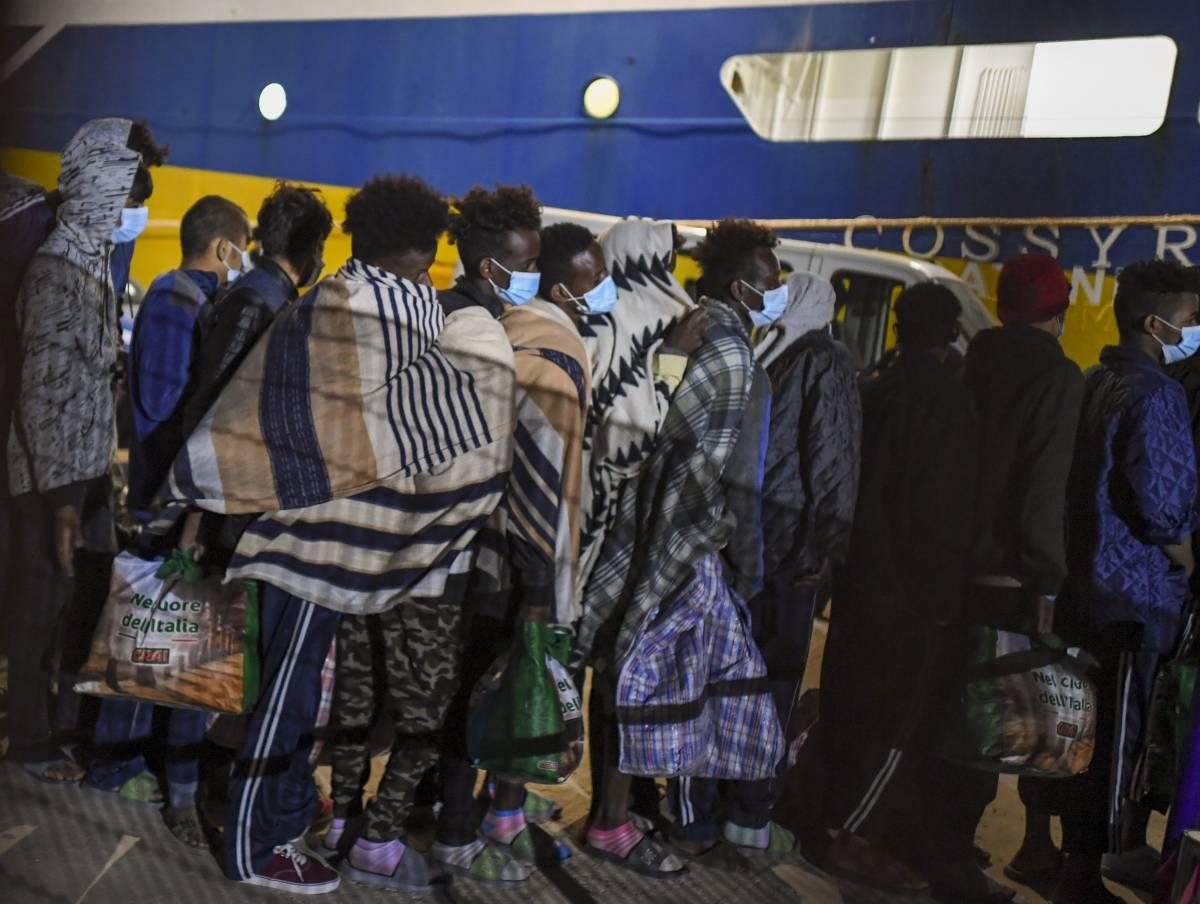 Primi migranti contagiati: allarme variante Delta a Lampedusa