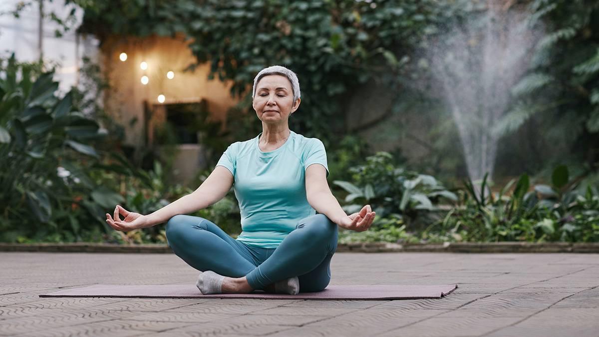 Ringiovanire con lo yoga: consigli e posizioni per gli over 70