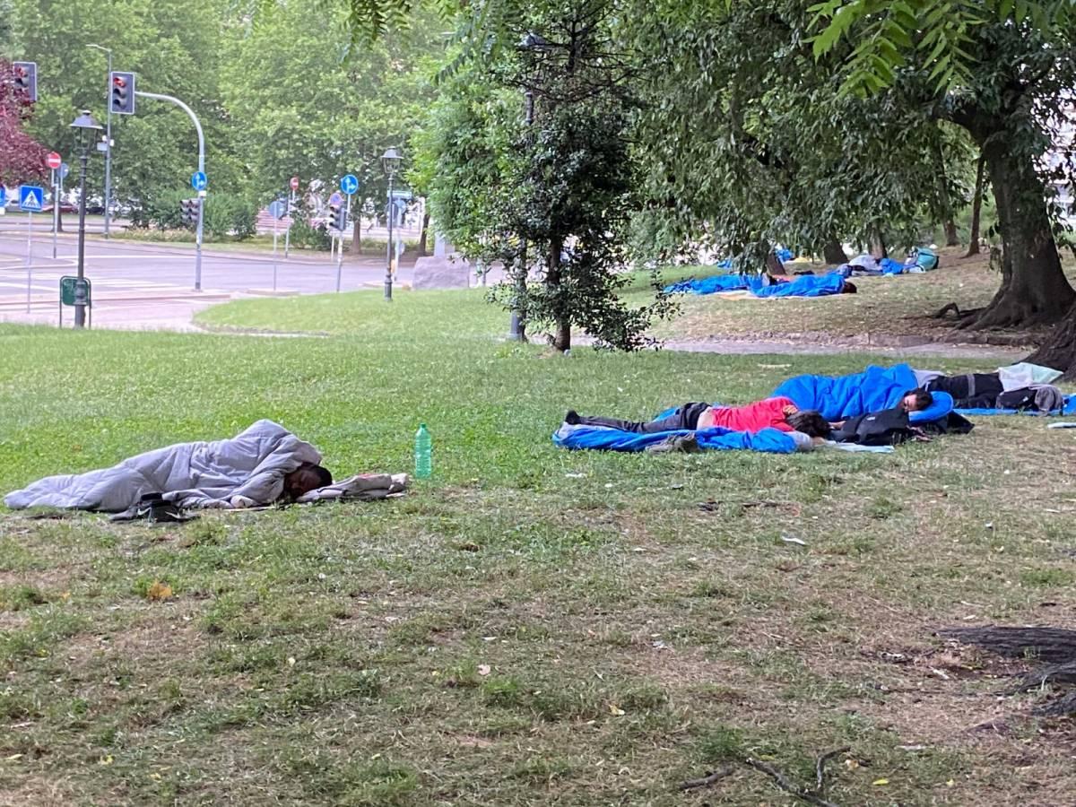 Il centro di Milano diventa dormitorio per gli immigrati con il sacco a pelo