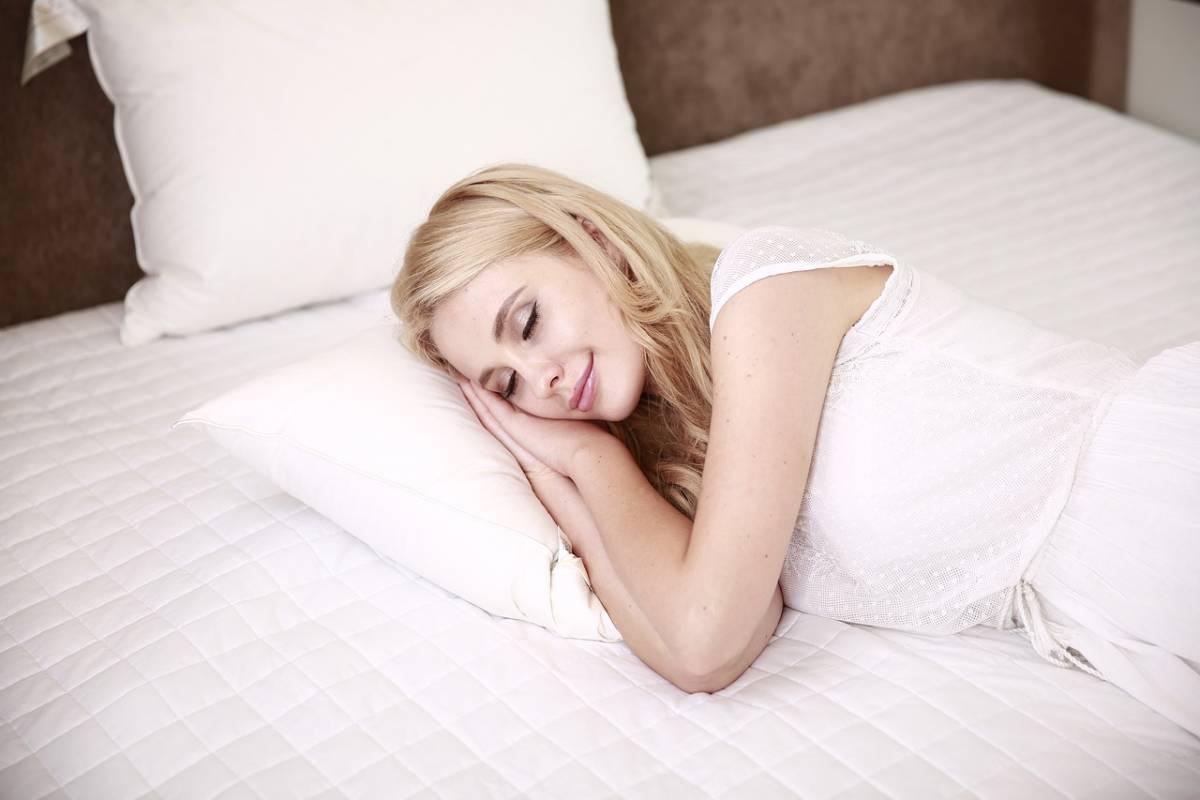 Dormire poco e svegliarsi riposati, la scienza spiega perché