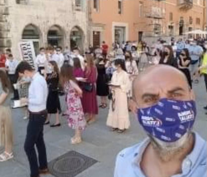 """""""Vergogna, fascisti"""": insulti a una manifestazione silenziosa contro il ddl Zan"""