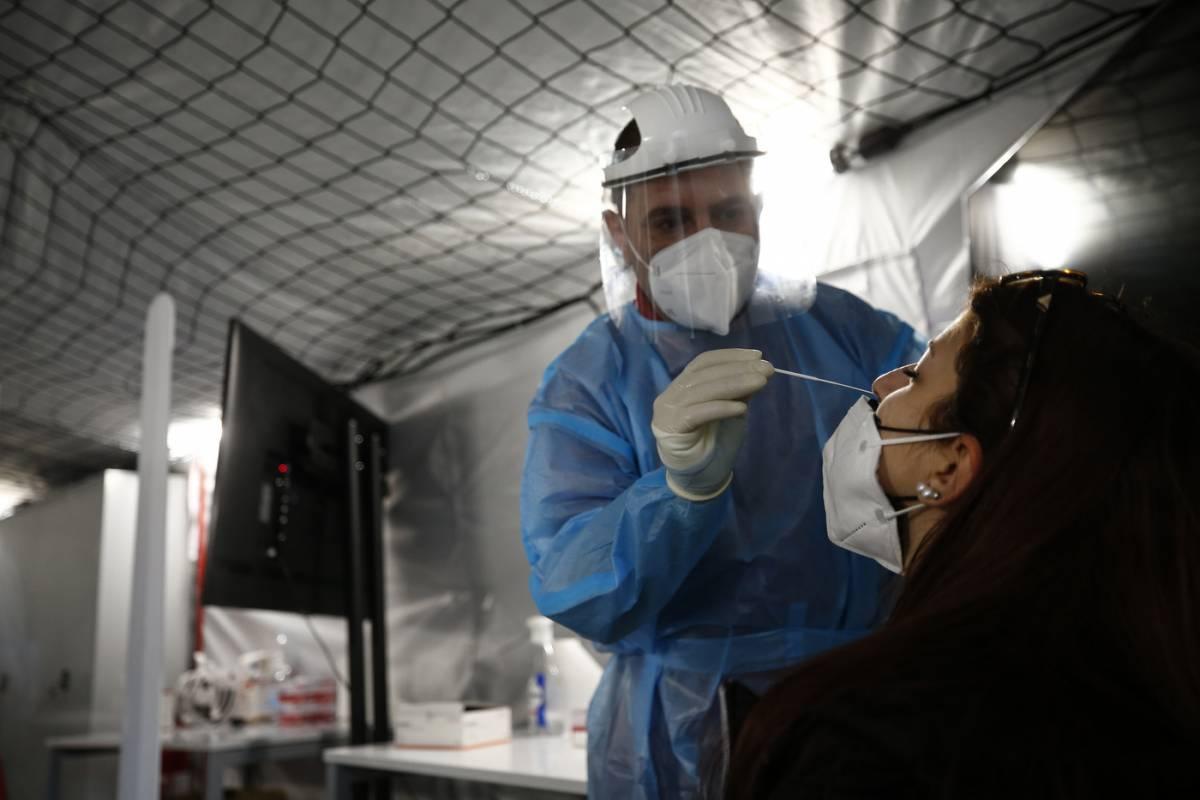 Crescono i contagi ma non decessi e ricoveri. La corsa per vaccinare: uno su due è immune