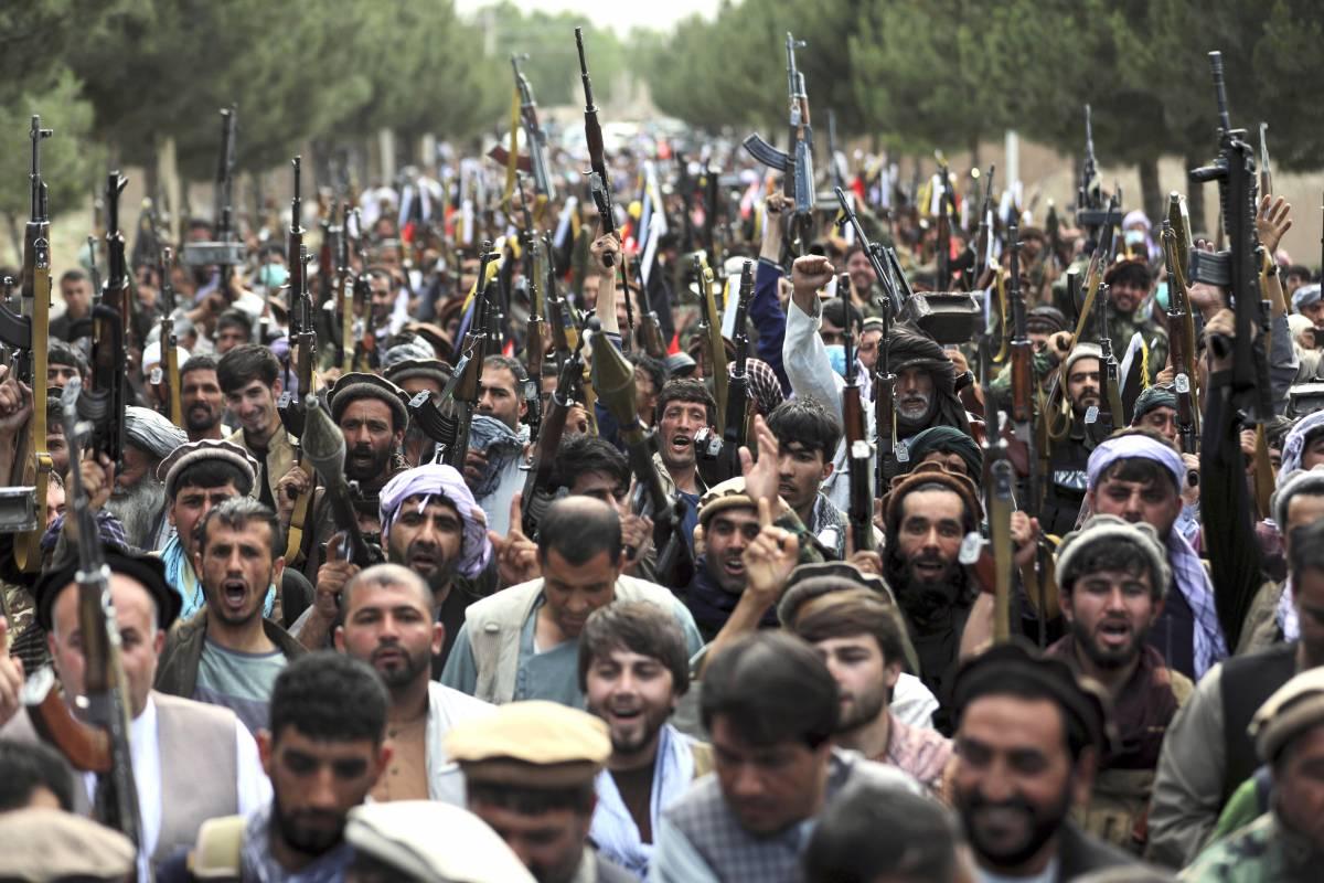 """Via l'ultimo italiano da Kabul. Il Paese """"in mano"""" ai talebani"""