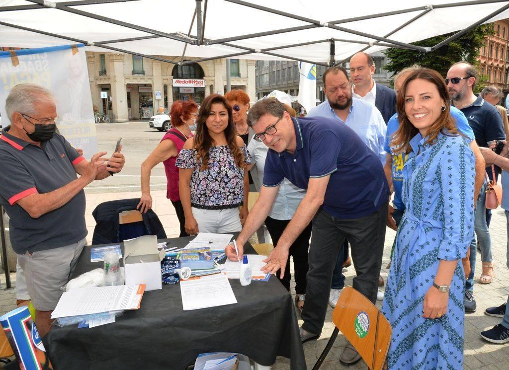 Giustizia, code ai gazebo per i referendum. I vip che hanno firmato