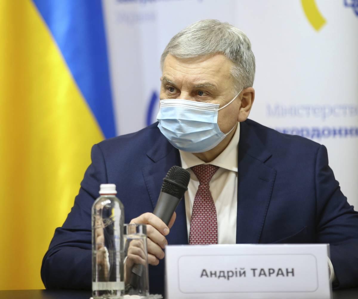"""Le soldatesse ucraine con i tacchi alla parata. È polemica: """"Vergogna"""""""