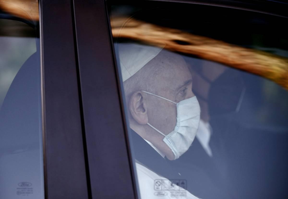 Papa Francesco mentre si trova in automobile (Immagine d'archivio)