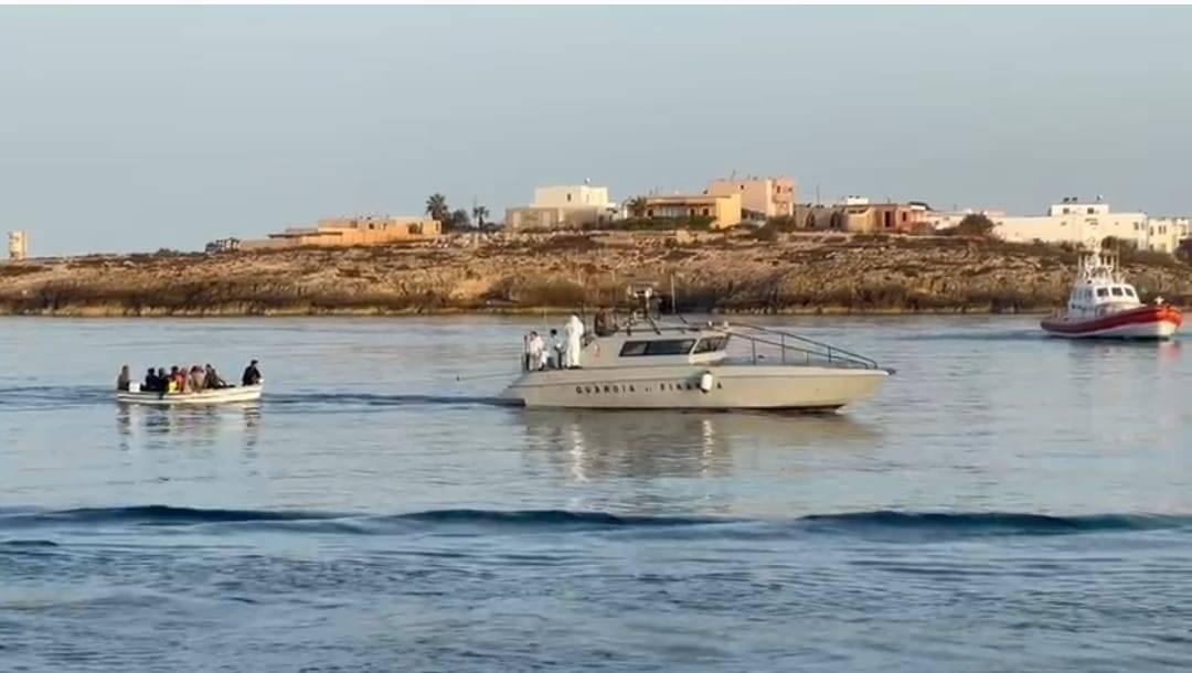 """A Lampedusa sbarchi no stop: """"La situazione è fuori controllo"""""""
