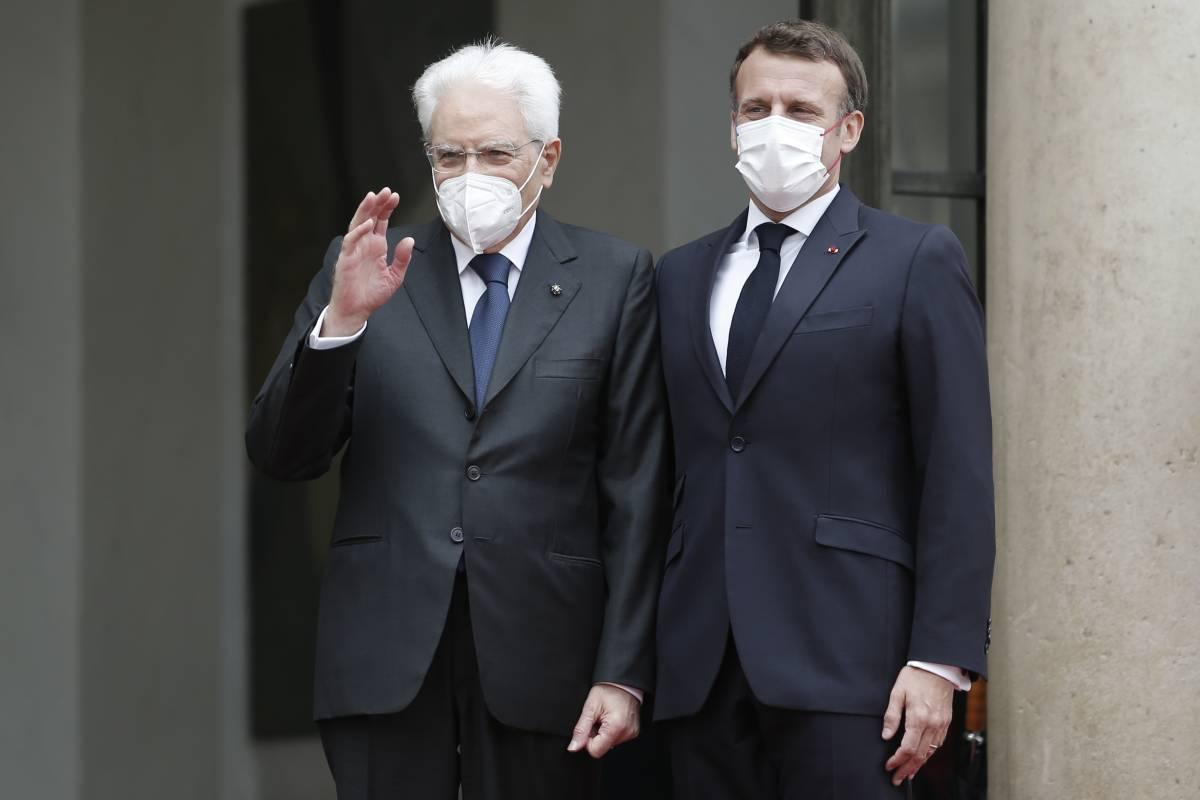 """""""L'Italia lasciata sola..."""": l'omaggio di Macron a Mattarella"""