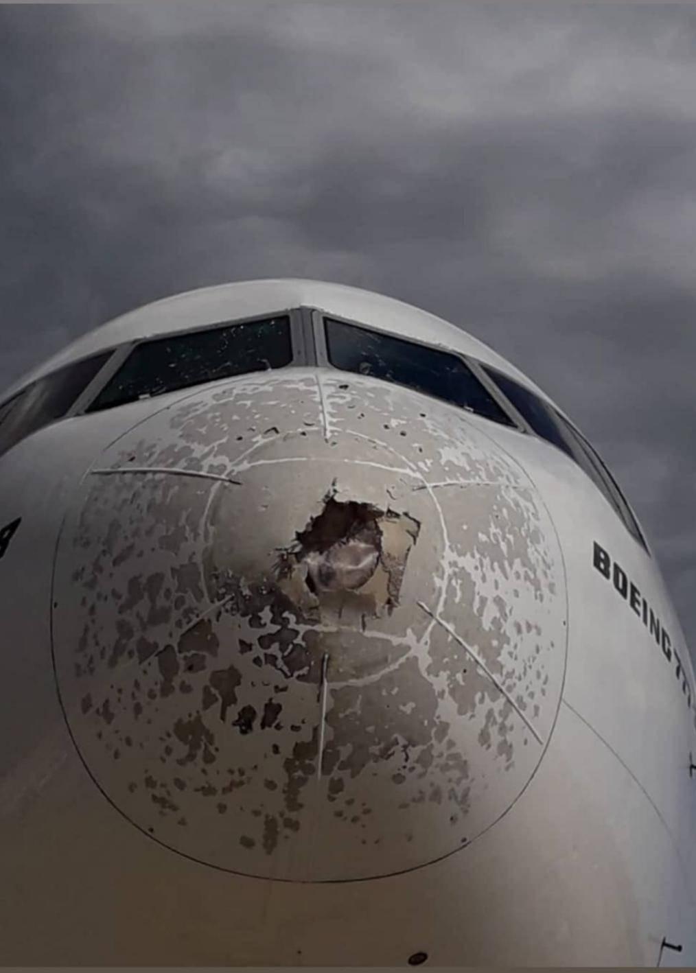 Vetri rotti e fusoliera ammaccata: paura in volo a Malpensa