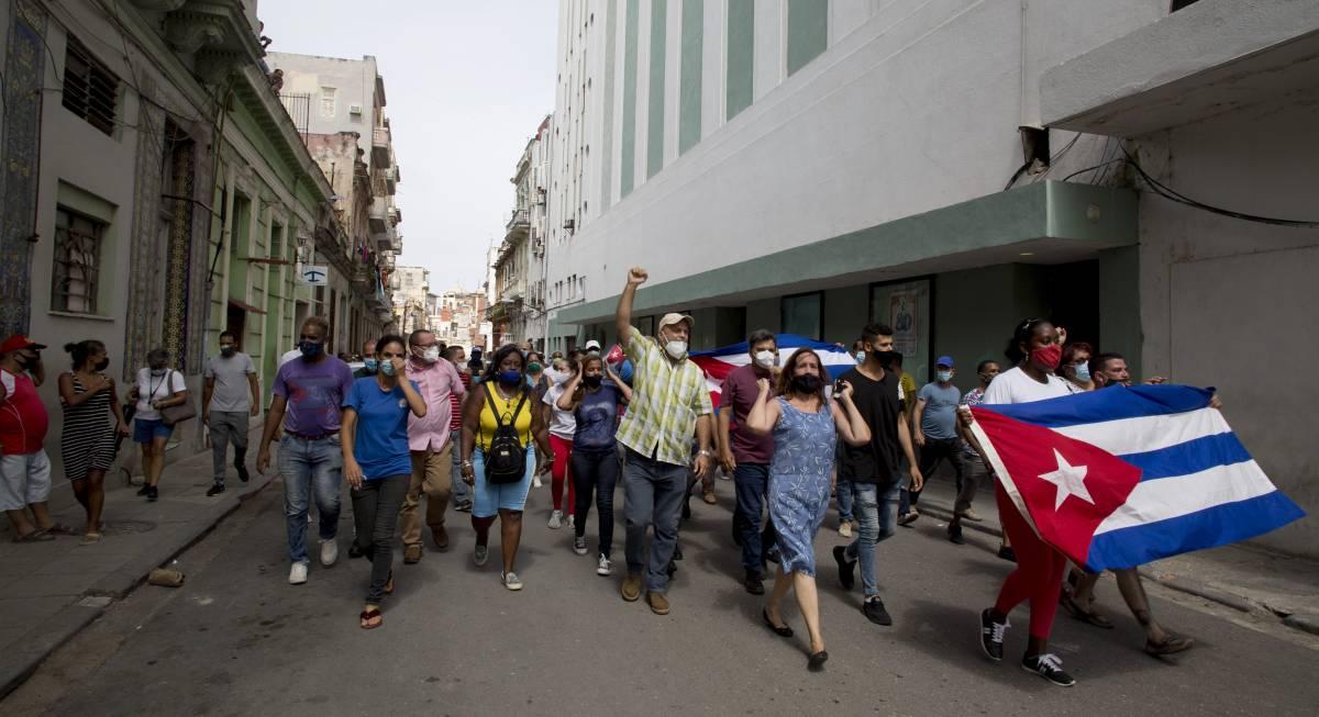 Gli attivisti Blm in ginocchio dai comunisti