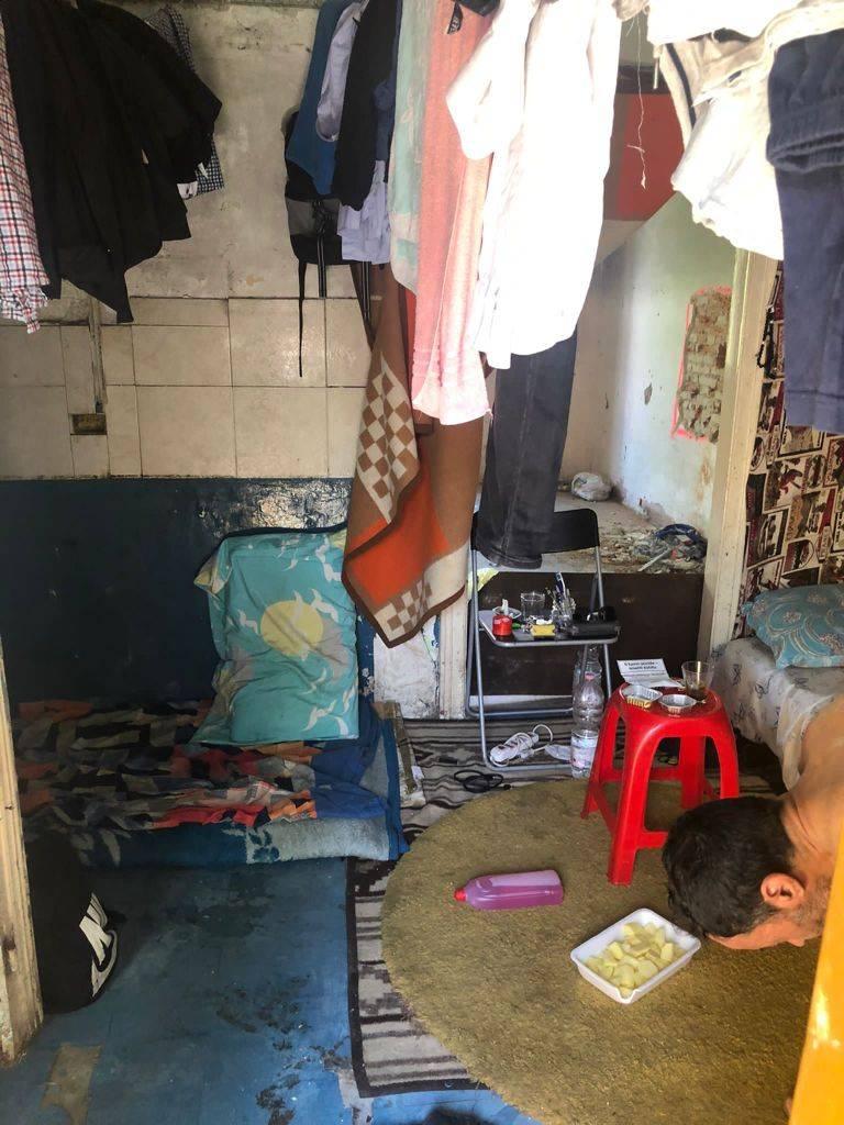 Migranti irregolari nella cascina a rischio crollo: ancora un fallimento del Pd