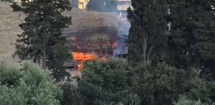 A fuoco l'Anfiteatro Flavio: le fiamme distruggono le gradinate