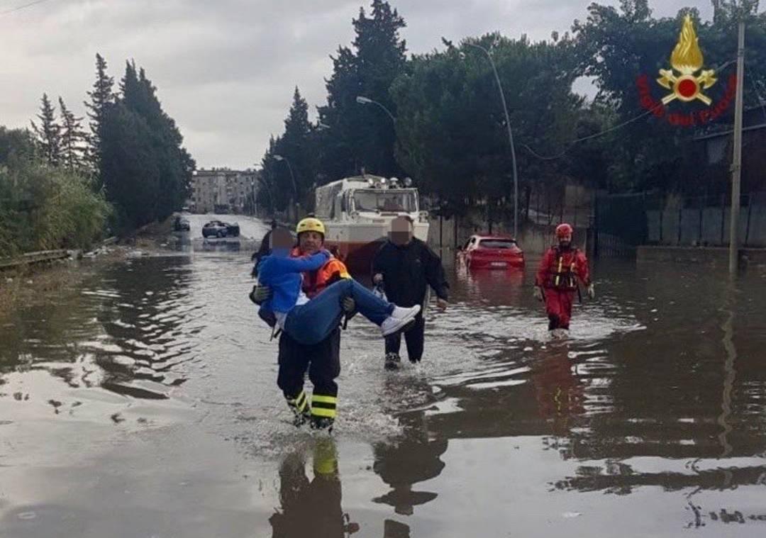 Nubifragio a Palermo, sub in strada per salvare le persone