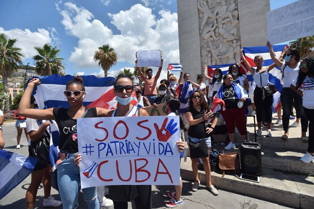 """Cuba resiste"". Grillo si schiera col regime"