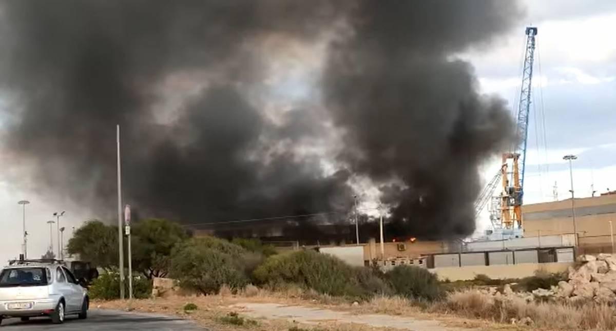 Incendio e fuga: la follia dei migranti a Pozzallo