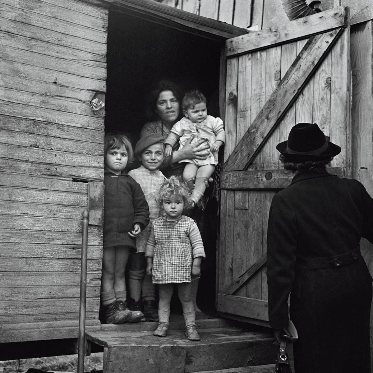 Germaine Chaumel, La visita dell'infermiera, Tolosa, Francia, 1939 © Germaine Chaumel, Fonds Martinez - Chaumel - Mairie de Toulouse, Archives municipales