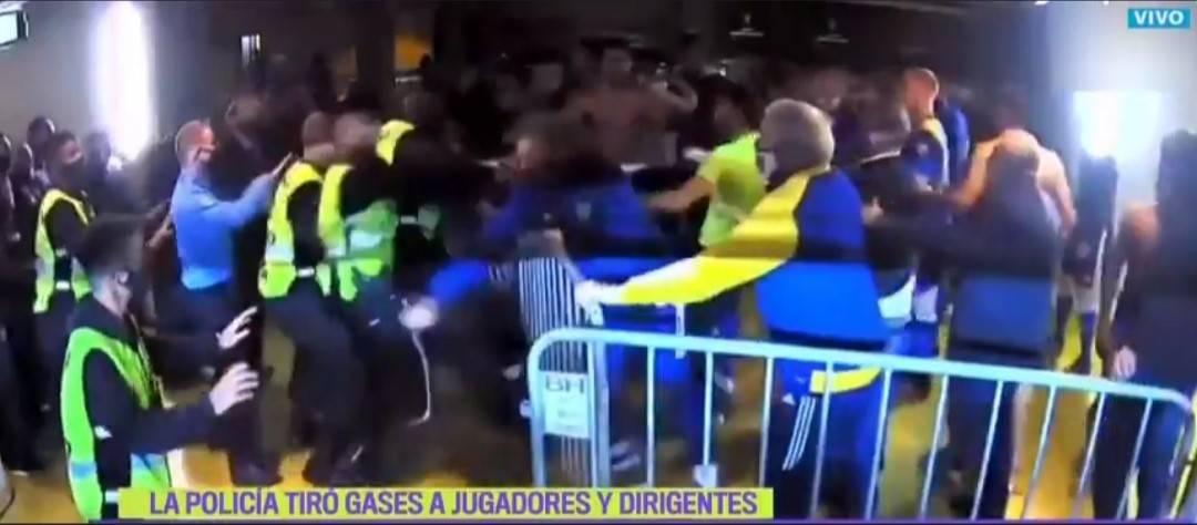 Botte e lanci di oggetti. Follia nello spogliatoio del Boca Juniors