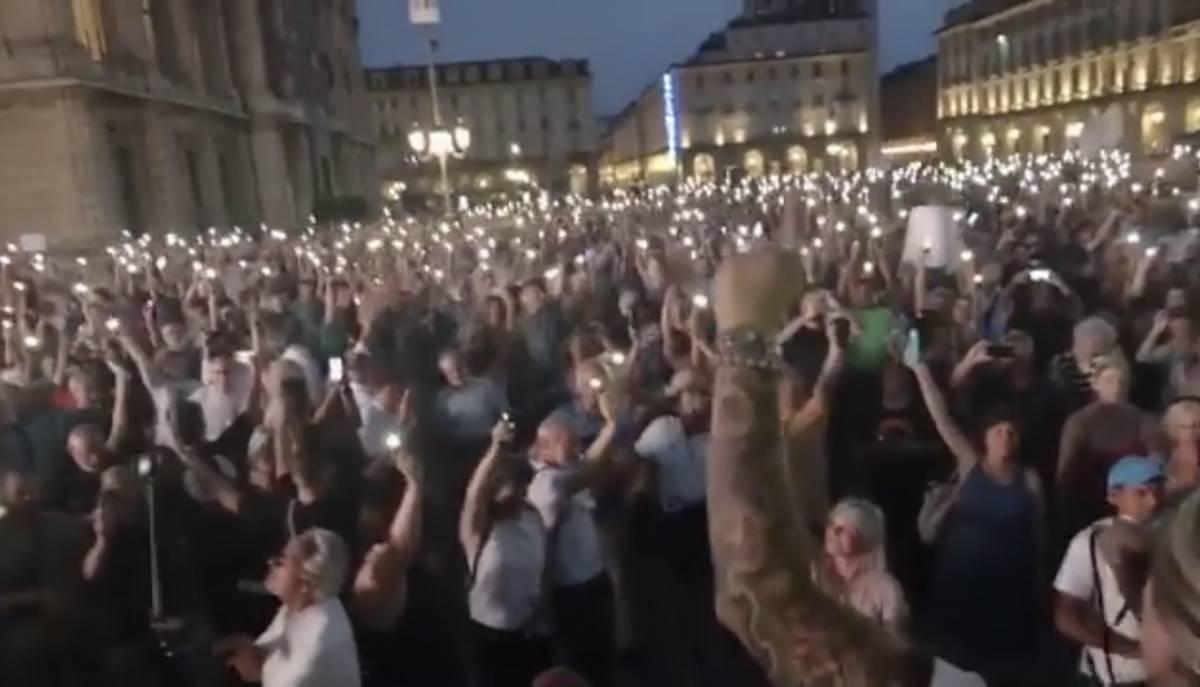 In migliaia in piazza contro il Green pass