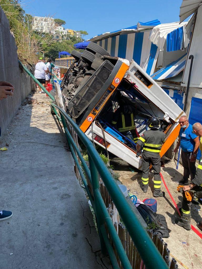 Capri, l'autista muore d'infarto. Il pullman precipita: 28 feriti