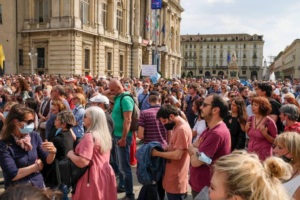 """Minacce in piazza, caos in Aula. La deriva """"No Pass"""" dell'Italia"""