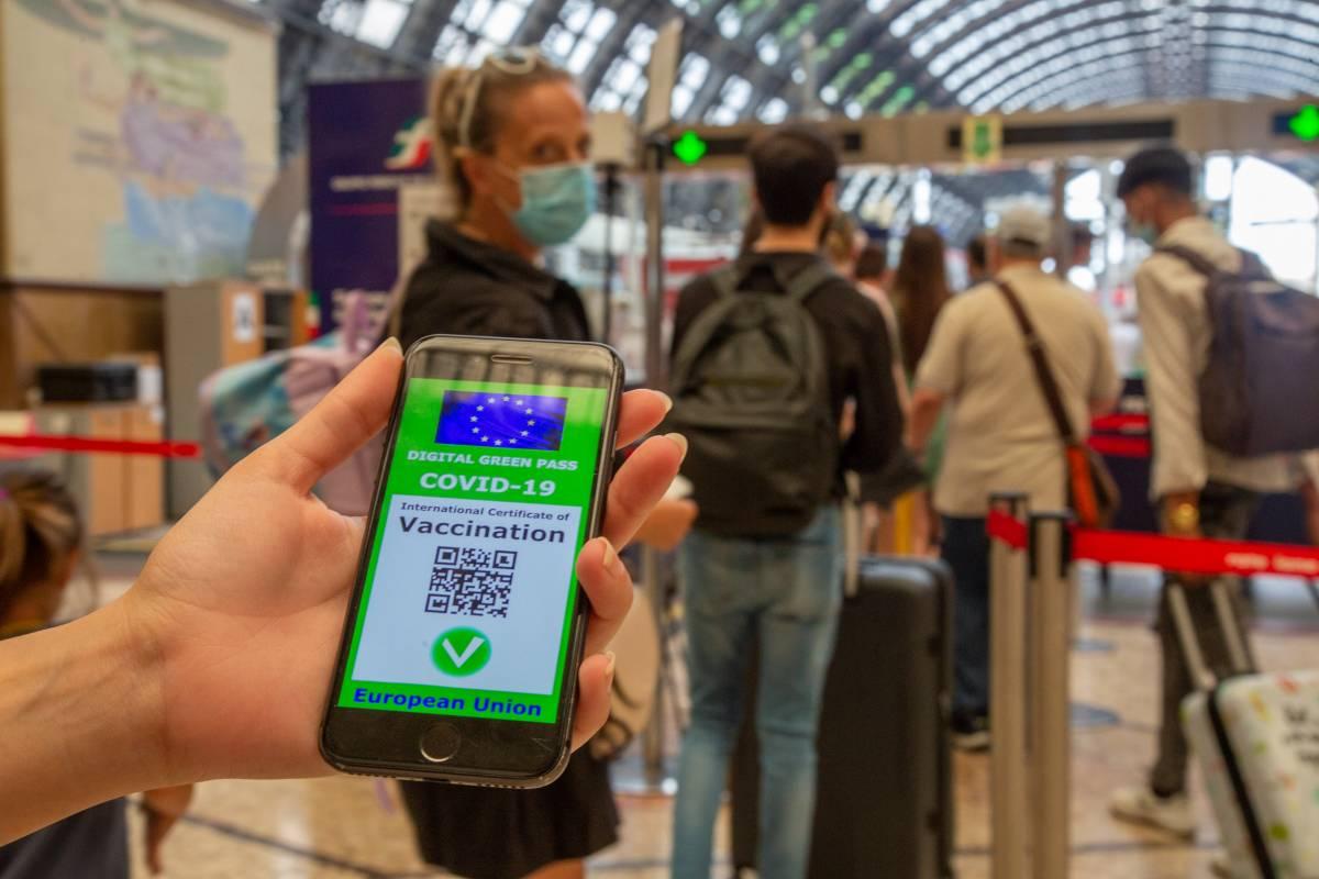 Stretta su navi, treni e aerei: verso il green pass obbligatorio