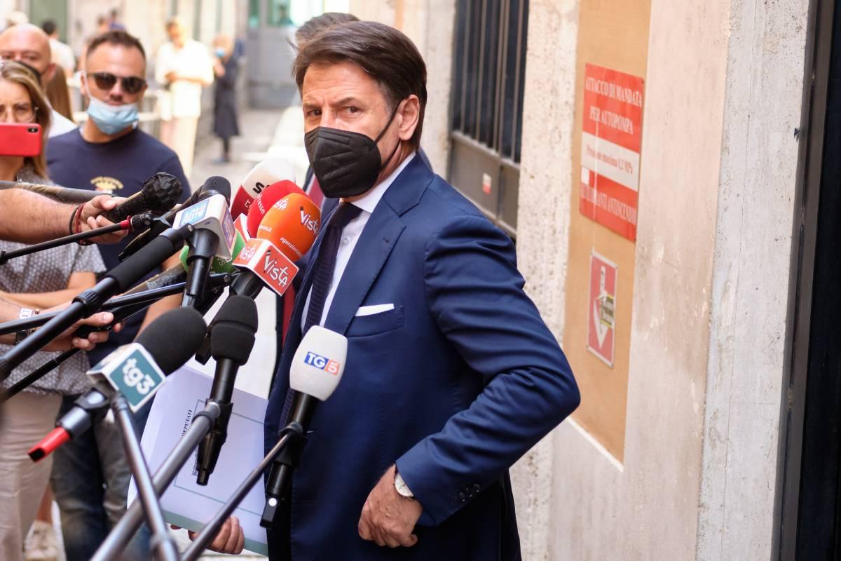 """""""È geloso di Di Maio"""". Conte non """"doma"""" più i grillini"""