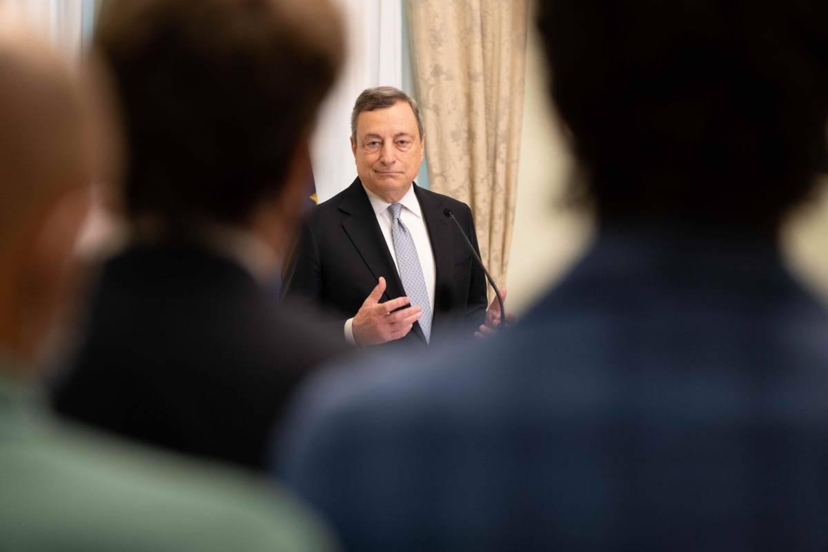 """""""Dai no vax violenza vigliacca"""". E Draghi valuta l'obbligo vaccinale"""