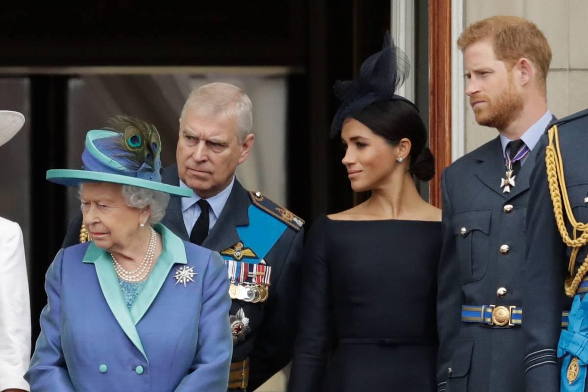 """""""La Regina aiuta di nascosto il principe Andrea dopo lo scandalo"""": caos a corte"""