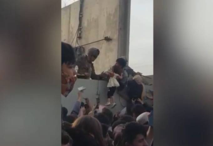 Madri lanciano i figli ai militari e spari sulla folla: è caos in Afghanistan