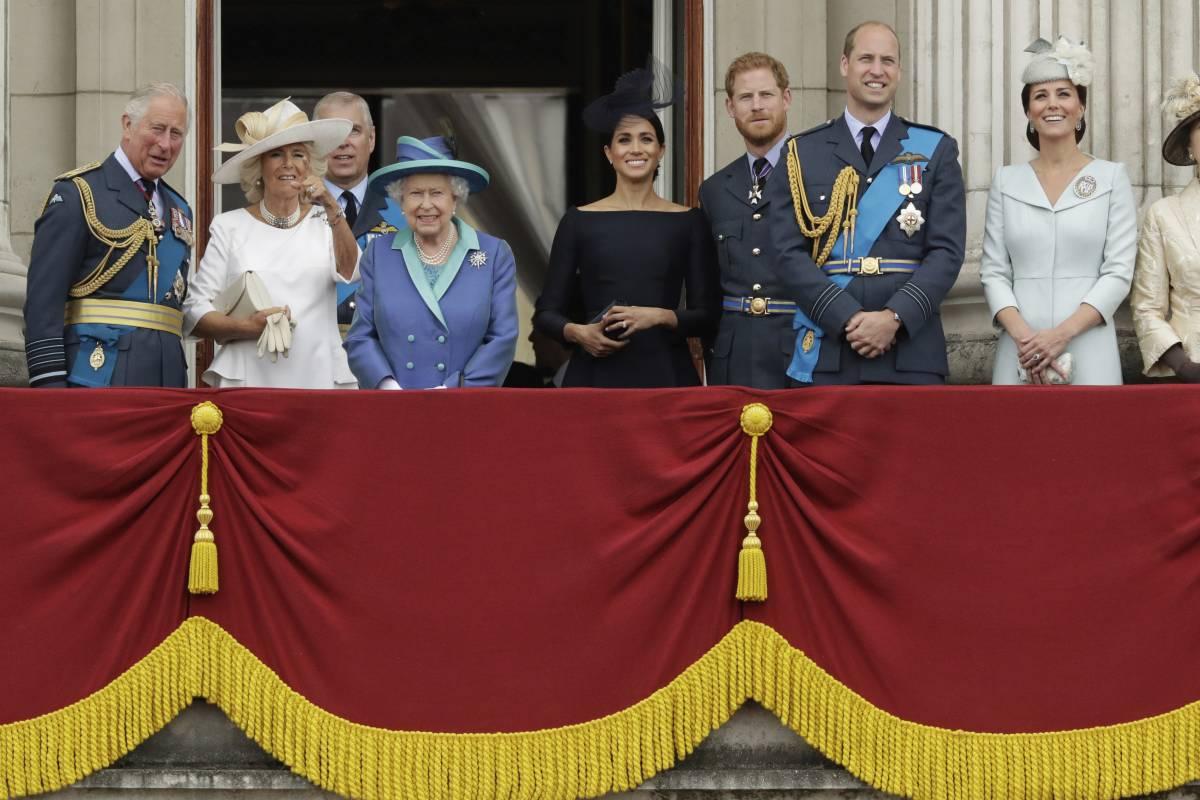 """""""Meghan, Harry e Andrea fatti fuori"""": la Regina cambia la monarchia dopo gli scandali"""