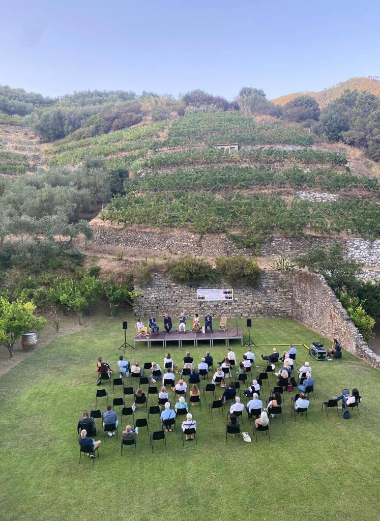 Premio Cinque terre a Fausto Biloslavo tra gli applausi dei vip accorsi a Monterosso