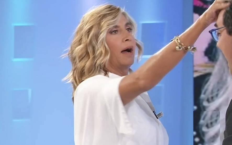 """Myrta Merlino torna in tv, imbarazzo in studio: """"Ci possiamo baciare? Te devi spettina"""""""