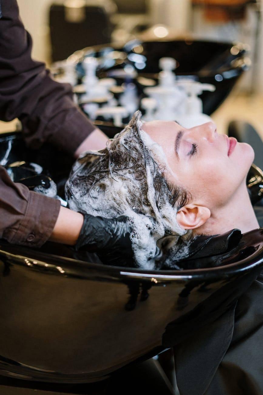 Prendersi cura dei capelli dopo l'estate. Ecco cosa fare
