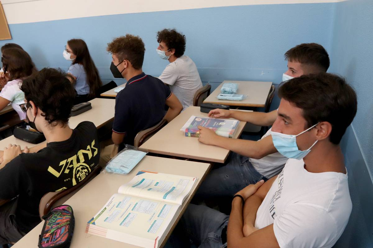 """Scuola luogo più sicuro ma i virologi avvertono: """"I contagi aumenteranno"""""""