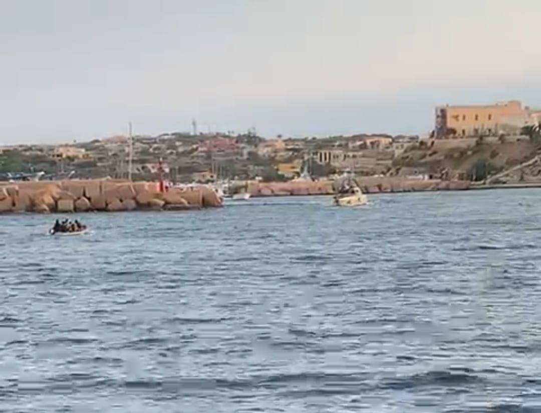 13 sbarchi in poche ore: a Lampedusa è caos migranti
