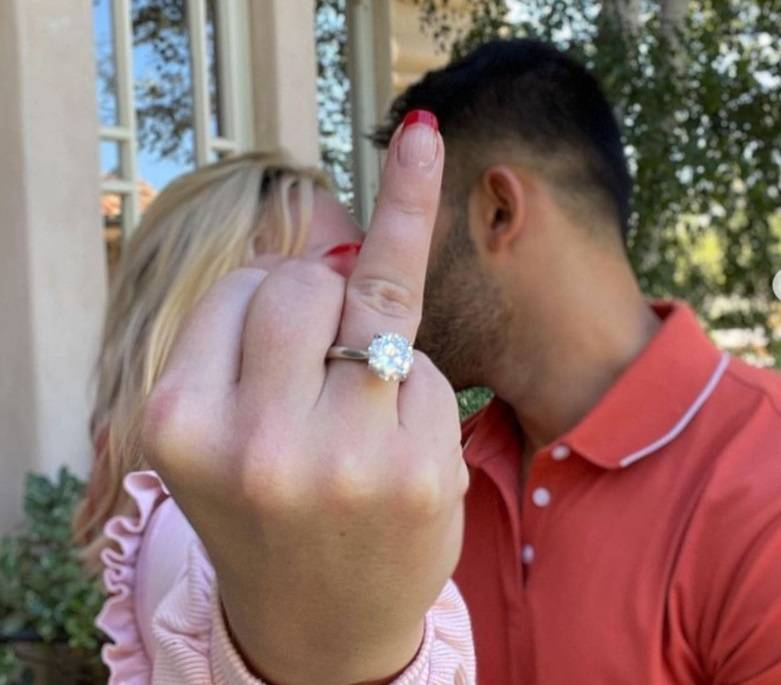 """""""Mi sposo"""", poi l'addio ai social. Cosa sta succedendo a Britney Spears"""