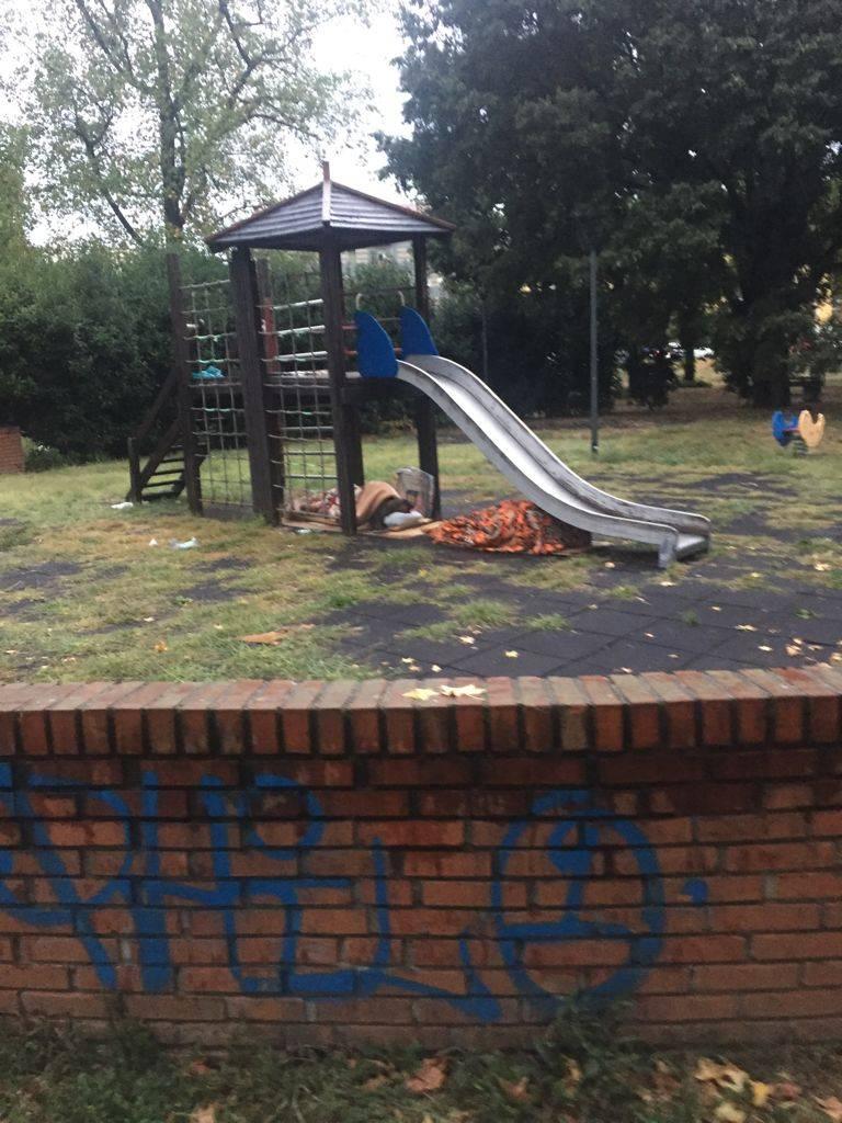 Bambini sfrattati dai rom: parchetto off limits nella periferia di Milano