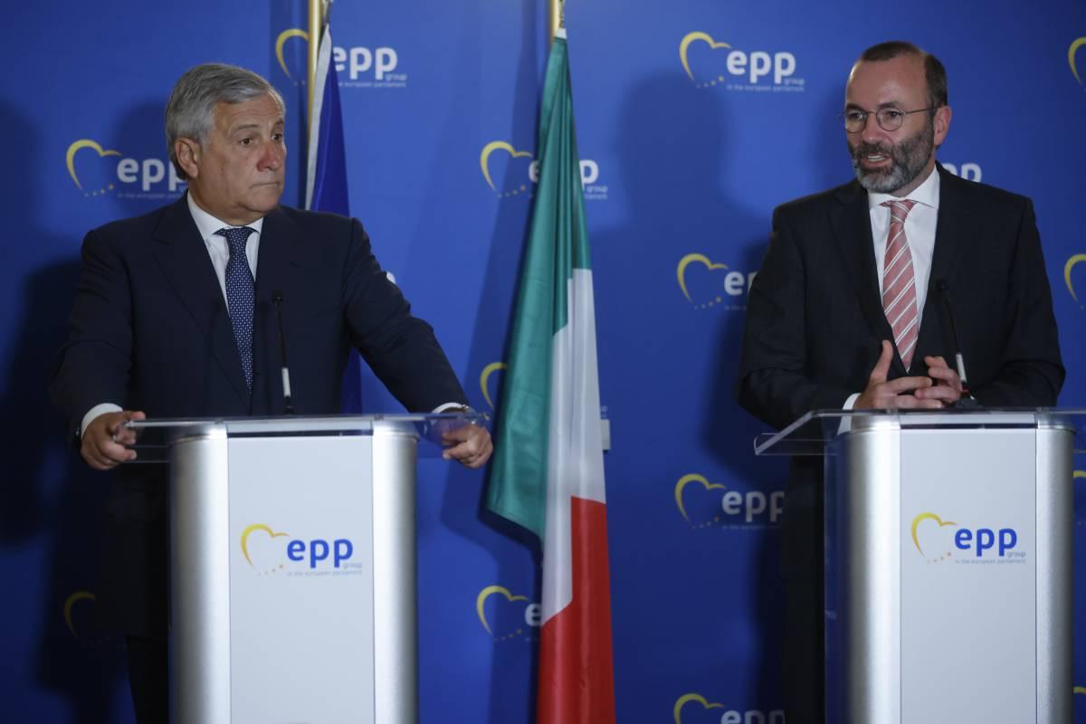 Il lungo applauso, il grazie di Weber: Berlusconi conquista il Ppe