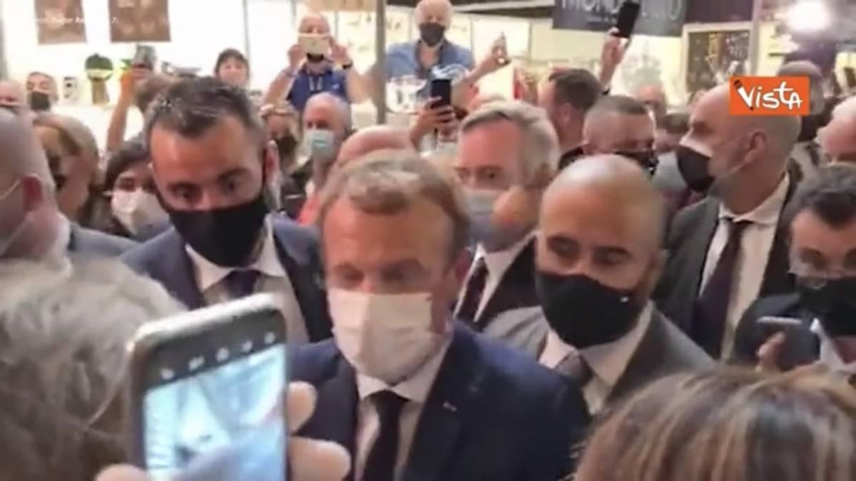 Macron preso a colpi di uova: cosa è successo