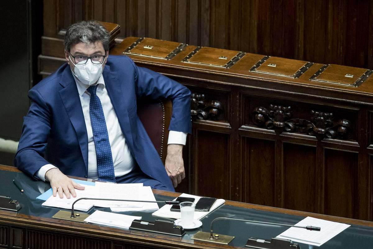 """Giorgetti-Calenda: è polemica. Tajani: """"Pensi a Varese"""""""