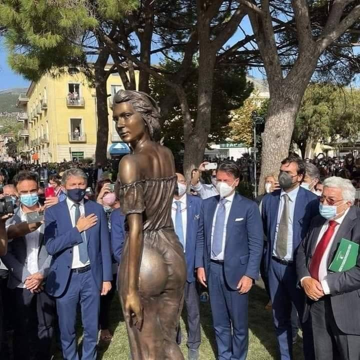 Una statua accusata di sessismo, Macron e Morisi: quindi, oggi...
