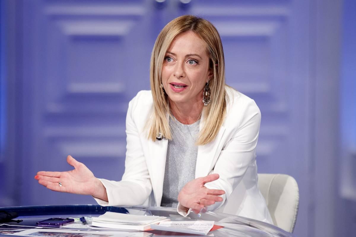 """La Meloni frena la festa Pd. Poi la sfida: """"Votiamo Draghi al Colle"""""""