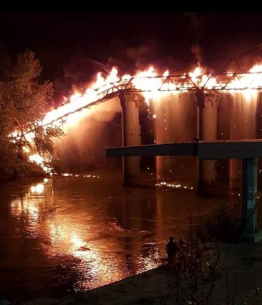 """Una lingua di fuoco sul Tevere: in fiamme il """"Ponte di ferro"""" a Roma"""