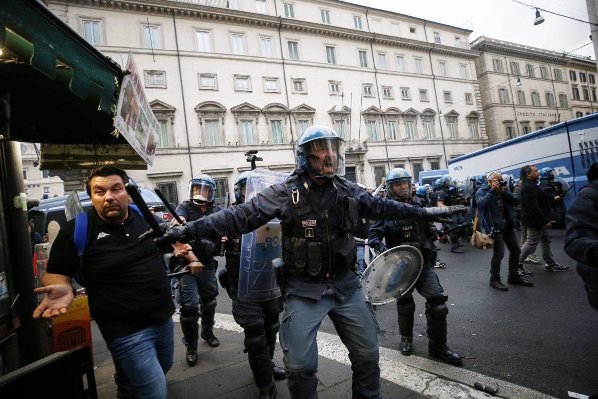 La piazza violenta dei no pass: bombe carta e sassate ai poliziotti