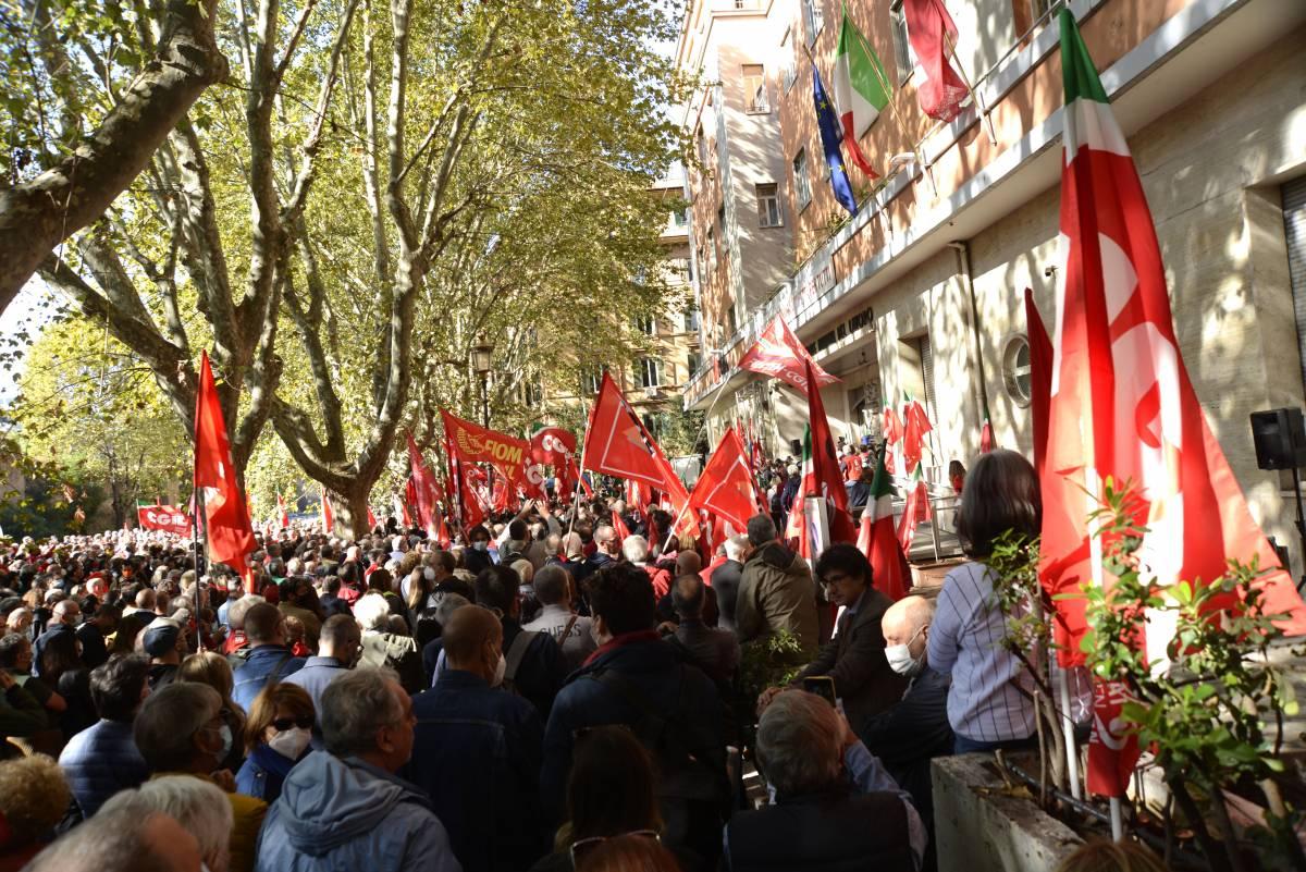 Sangue e devastazione alla Cgil. E Berlusconi chiama Landini