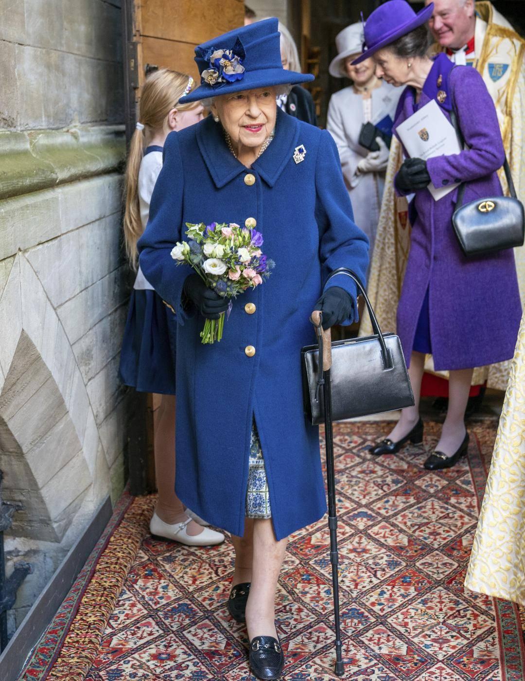 La Regina in pubblico con un bastone