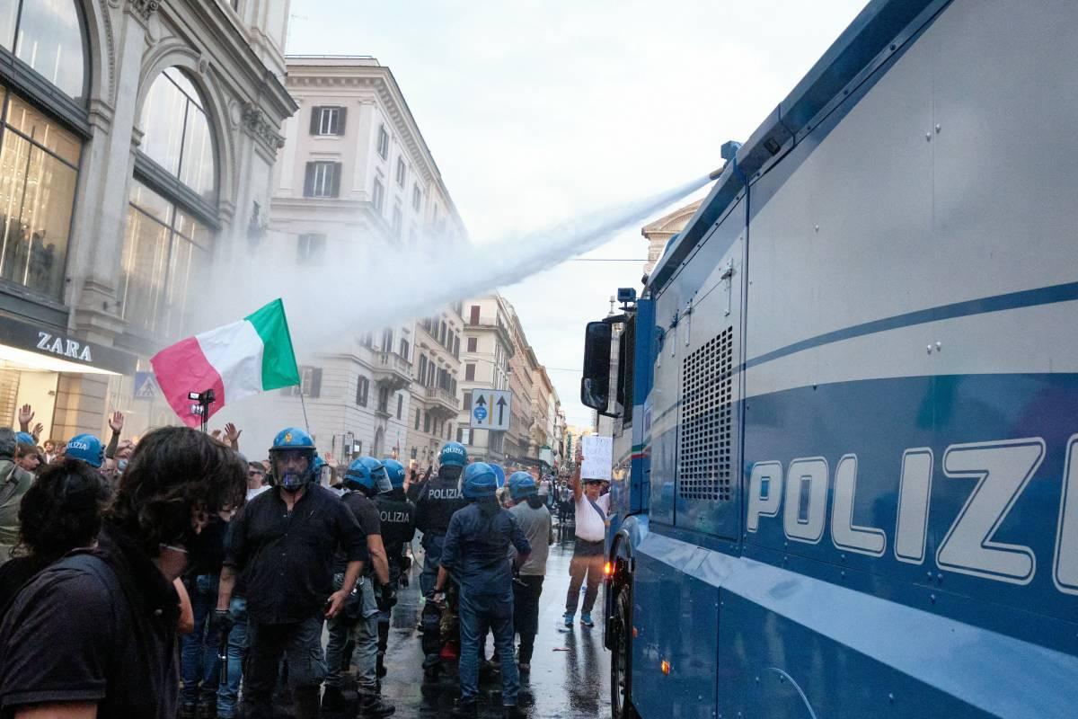 """""""Contro i no vax eravamo troppo pochi"""". L'ira dei poliziotti contro Lamorgese"""