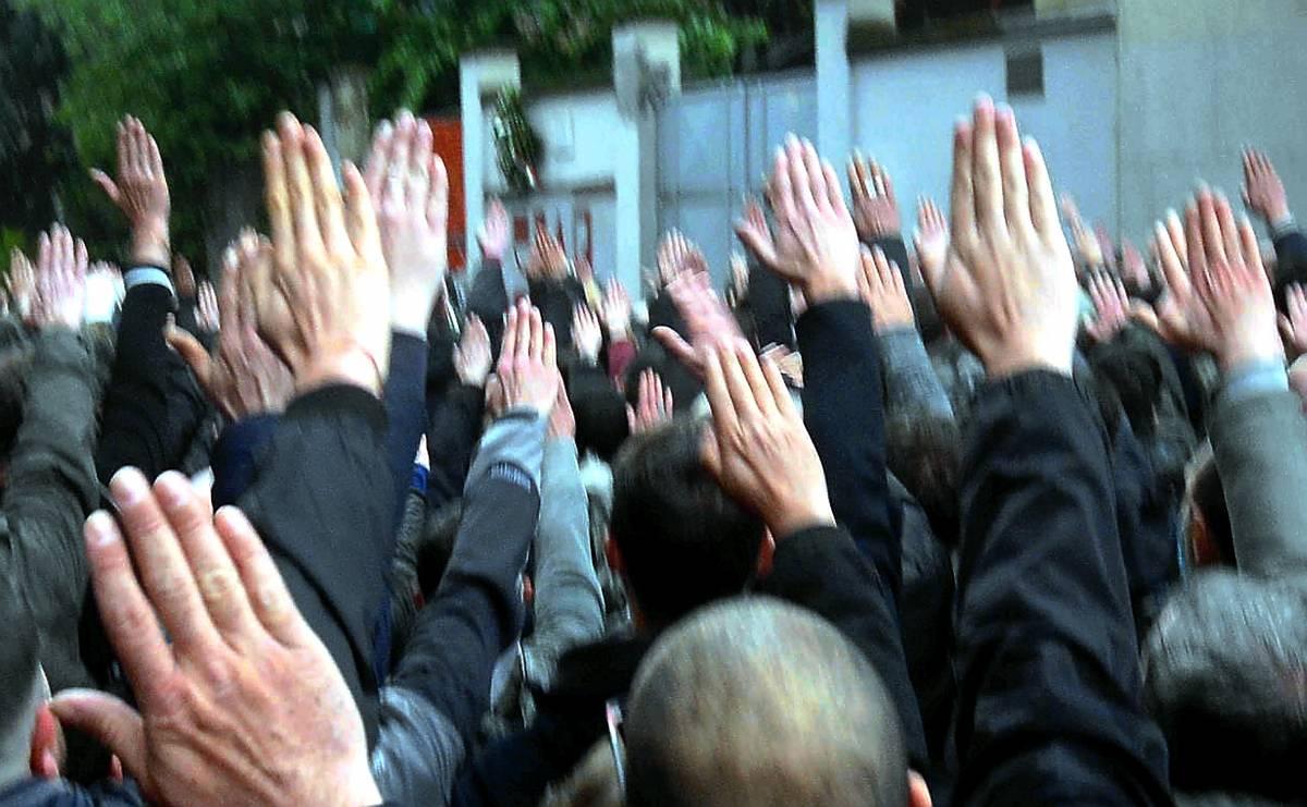 """Saluti fascisti al cimitero, la Cassazione: """"Non è reato"""""""