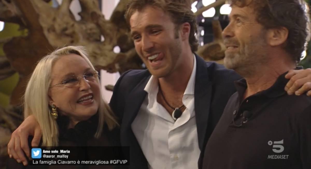 """Gf Vip, Paolo Ciavarro incontra i genitori e presenta Clizia: """"Mi sono presa male, volevo scappare"""""""